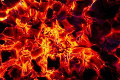 Textura quente de incandescência do fundo do close-up dos carvões amassados do carvão vegetal fotos de stock