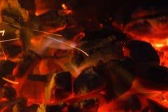 Textura quente de incandescência do fundo do close-up dos carvões amassados do carvão vegetal bonfire imagens de stock royalty free