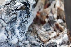 Textura quente de incandescência do fundo do close-up dos carvões amassados do carvão vegetal bonfire fotos de stock royalty free