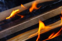 Textura quente de incandescência do fundo do close-up dos carvões amassados do carvão vegetal bonfire imagens de stock