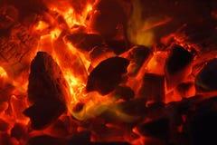 Textura quente de incandescência do fundo do close-up dos carvões amassados do carvão vegetal bonfire foto de stock