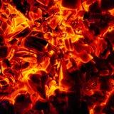 Textura quente de incandescência do fundo do close-up dos carvões amassados do carvão vegetal fotografia de stock