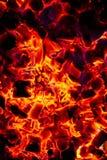 Textura quente de incandescência do fundo do close-up dos carvões amassados do carvão vegetal fotos de stock royalty free
