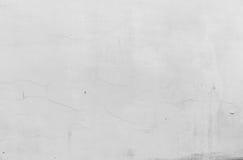Textura rachada branca da parede Parede áspera emplastrada branco com quebras Fotografia de Stock