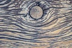 Textura rayada de una vieja superficie de madera con el nudo y las grietas grandes imagen de archivo
