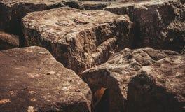 Textura resistida do marrom escuro velho manchado e da parede de tijolo vermelho b Fotos de Stock Royalty Free