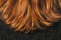 Textura roja del pelo y blusa negra Imagen de archivo