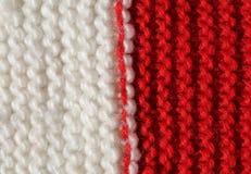 Textura roja y blanca de las lanas de un vestido del invierno hecho a mano Imagenes de archivo
