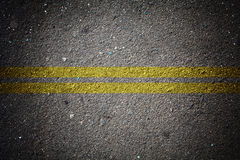 Textura seca do asfalto com linha contínua dobro Fotografia de Stock