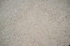 Textura ?spera del muro de cemento con las rocas peque?as, grises integradas en superficie fotos de archivo
