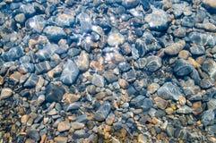 Textura subaquática do seixo Fotos de Stock Royalty Free