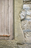 Textura: superficie de piedra con el fragmento del shu de madera Foto de archivo