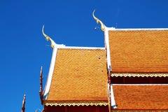 Textura tailandesa de madeira do telhado do estilo com céu Fotos de Stock Royalty Free