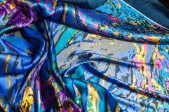 Textura, tela, fondo La bufanda de las mujeres La tela de seda es azul, Fotografía de archivo libre de regalías