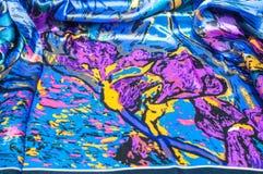 Textura, tela, fondo La bufanda de las mujeres La tela de seda es azul, Imagenes de archivo