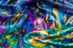 Textura, tela, fondo La bufanda de las mujeres La tela de seda es azul, Fotos de archivo libres de regalías