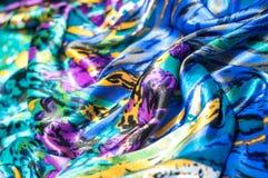 Textura, tela, fondo La bufanda de las mujeres La tela de seda es azul, Fotografía de archivo