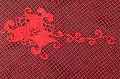Textura, teste padrão vermelho do laço da tela, em um fundo preto Um bea Fotografia de Stock