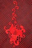 Textura, teste padrão vermelho do laço da tela, em um fundo preto Um bea Fotos de Stock Royalty Free