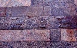 Textura velha da parede do bloco da pedra de Brown Fotos de Stock Royalty Free