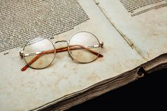 A textura velha do vintage da capa do livro isolou a letra obrigatória de papel Yid do manuscrito histórico religioso decrépito a Imagens de Stock