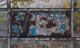 Textura velha e oxidada da porta do metal foto de stock