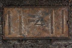 Textura velha oxidada do fundo da câmara de visita da eletricidade Fotografia de Stock
