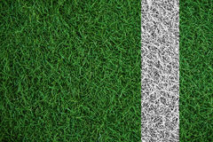 Textura verde de la hierba del césped con la línea blanca, en campo de fútbol fotografía de archivo