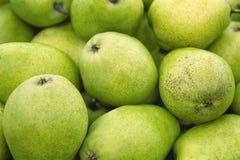 Textura verde fresca de la pera Peras frescas que mienten en la textura verde y amarilla del contador - con las frutas frescas -  fotografía de archivo
