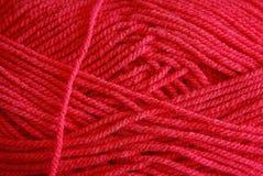 Textura vermelha brilhante da linha grossa no skein Foto de Stock Royalty Free