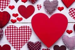 Textura vermelha dos corações no fundo de madeira branco, espaço da cópia, macro Fotografia de Stock Royalty Free