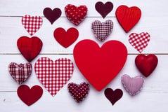 Textura vermelha dos corações no fundo de madeira branco, espaço da cópia Foto de Stock