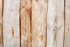 Textura vertical de Brown de logs de madeira, de placas connosco, de quebras e de testes padrões bonitos das fibras de madeira Fotografia de Stock Royalty Free