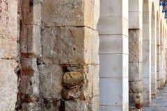 Textura vertical de colunas de pedra antigas, brancas fotografia de stock