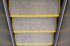 Textura, viejos pasos de escalera móvil sucios con las rayas amarillas paredes de la visión superior y del metall imagenes de archivo