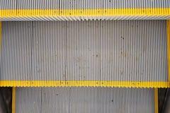 Textura, viejos pasos de escalera móvil sucios con las rayas amarillas Visi?n superior fotos de archivo libres de regalías