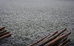 Textura y bambú del agua de lluvia Foto de archivo libre de regalías