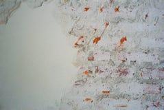Textura y fondo abstractos del cemento enyesado decaído en la pared del albañil imagenes de archivo