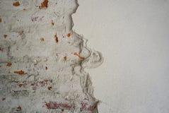 Textura y fondo abstractos del cemento enyesado decaído en la pared de ladrillo fotos de archivo