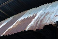 Textura y fondo abstractos del tejado aherrumbrado viejo del cinc Tejado decaído del cinc del refugio tradicional en zona urbana fotografía de archivo libre de regalías