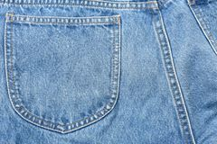 Textura y fondo traseros de la tela de la mezclilla del bolsillo imagen de archivo
