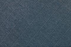 Textural av mörkt - grå bakgrund av krabbt korrugerat papper, closeup royaltyfri bild