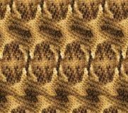 Texturas da pele de serpente Brown com fundo amarelo das escalas da serpente com listras e o ornamento brancos fotos de stock royalty free