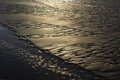 Texturas da praia do ouro na noite fotos de stock royalty free