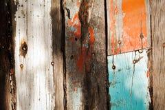 Texturas de madeira do vintage rachado da cor pastel sob a luz e a sombra fortes imagens de stock