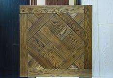 Texturas de madeira O fundo é natural, preto, vermelho e branco No primeiro plano é um protetor feito de tiras do parquet foto de stock