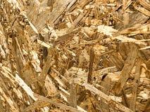 Texturas de un ángulo del material de construcción amarillo de madera de las virutas y del serrín comprimido OSB, basura de la pr imagenes de archivo