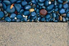 Texturas del contraste de una calzada pavimentada y de una acera pebbled Imagen de fondo imágenes de archivo libres de regalías