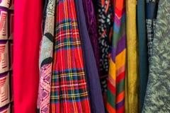 Texturas diferentes da roupa: seda, linho, algodão imagens de stock