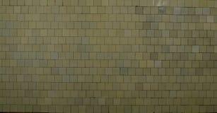 Texturbakgrund av den gamla smutsiga gula tegelplattan Royaltyfria Foton